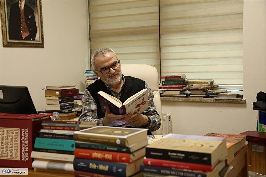 Silvan Endüstri Meslek Lisesinde bir yıl öğretmenlikten sonra Gazi Eğitim Fakültesi Türk Dili ve Edebiyatı Bölümünde öğretim üyesi oldu (1986).