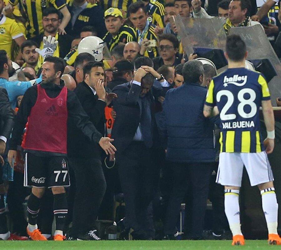 Fenerbahçe-Beşiktaş maçı sırasında çıkan olaylarda teknik direktör Şenol Güneş'in başı yarıldı. nFotoğraf: AA