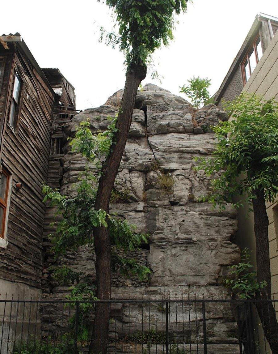 Önünden her günler binlerce kişinin geçtiği ancak bakıldığında sıradan bir yığma taş gibi görünen bu sütun; Arcadius Sütunu'dur. Söz konusu sütunun boyunun öncelerinde 70 metre olduğu söyleniyor. Söz konusu eserin Bizans döneminde İstanbul'u kötülüklerden koruduğu düşünülüyordu.