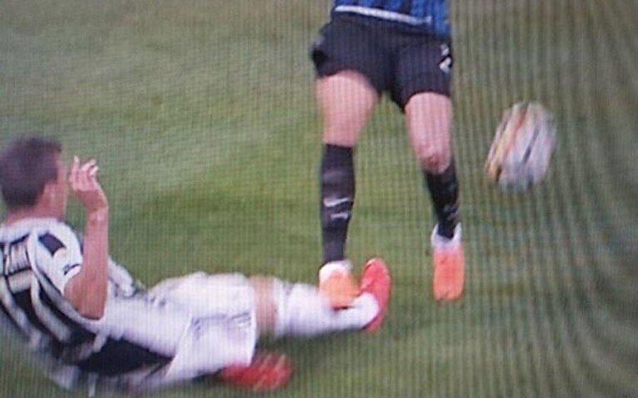 Pozisyonun ardından Matias Vecino kırmızı kart gördü.