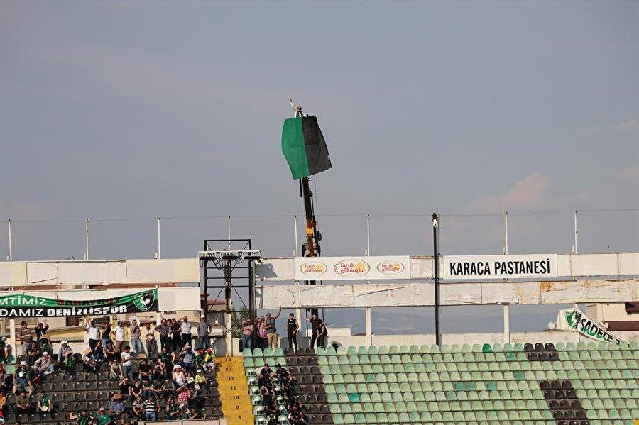 Vinc üzerinde bir süre maçı izleyen taraftara polis müdahale etti. nFotoğraf: AA