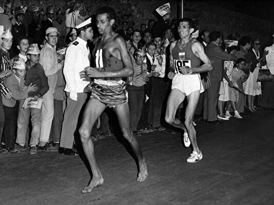 Abebe Bikila, olimpiyat oyunlarında altın madalya kazanan ilk siyahi sporcudur.