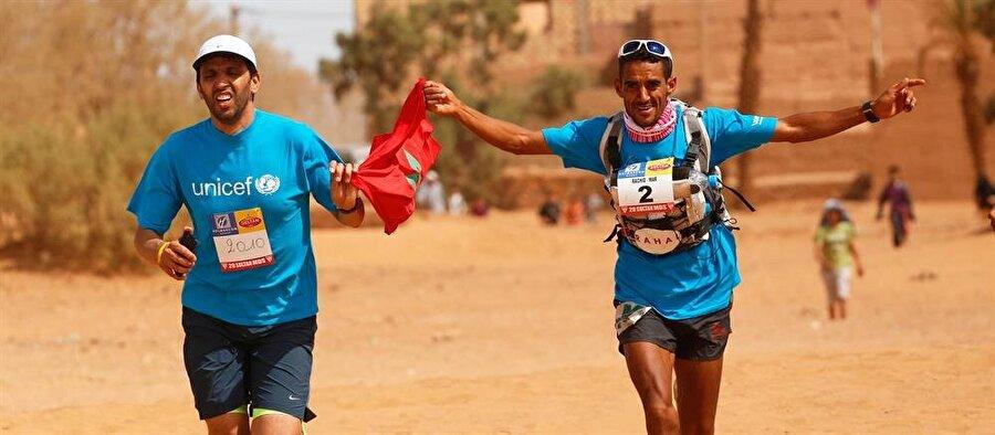 Maraton boyunca, atletler birbirleriyle amansız bir mücadele içine giriyor.