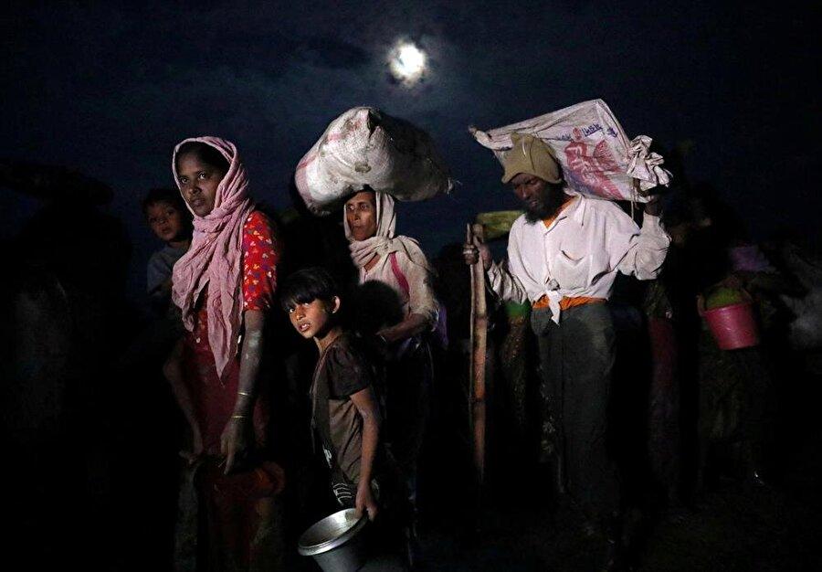 Arakanlı Müslümanlar, sınırın Bangladeş tarafına geçerek hayata tutunmaya çalışıyorlar. (Hannah McKay / Reuters)