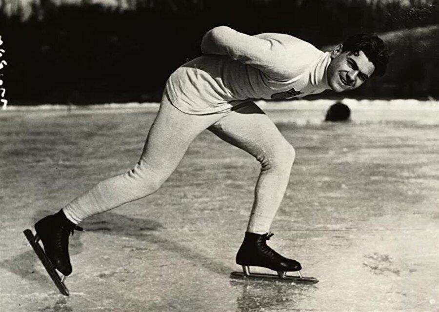 Charles Jewtraw buz pateninde ABD'ye altın madalya kazandırdı.