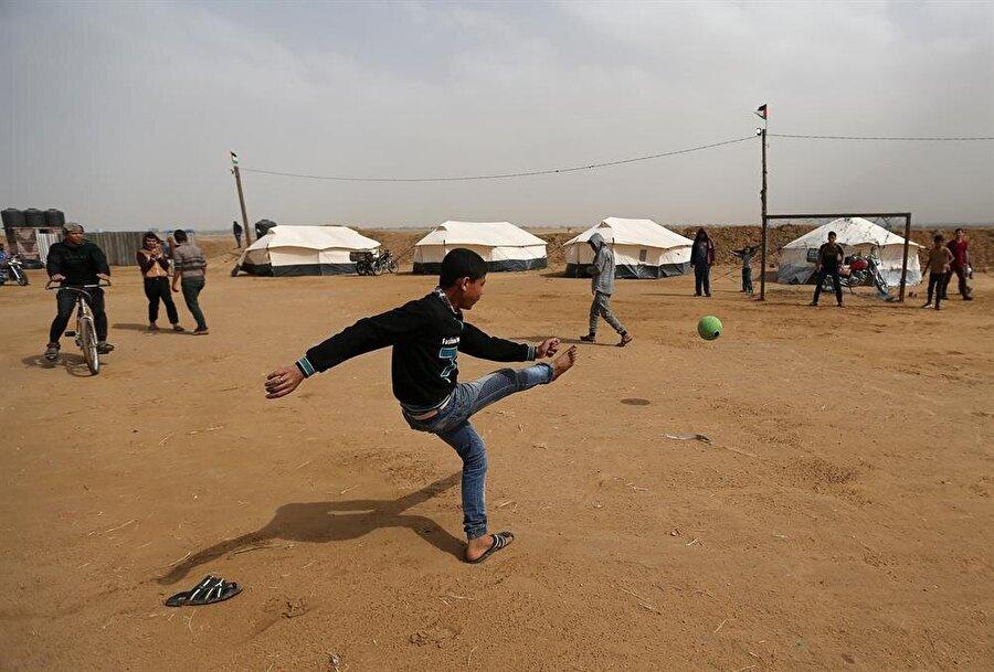 Filistinliler, Gazze sınır bölgesinde kamplar kurmuştu. (Ibraheem Abu Mustafa / Reuters)