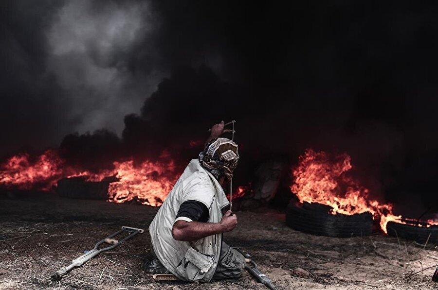 Filistinliler, İsrail askerlerine taş ve sapanlarla karşılık veriyor. (Mustafa Hassona / AA)