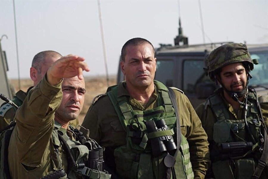 Eyal Zamir (Ortada)