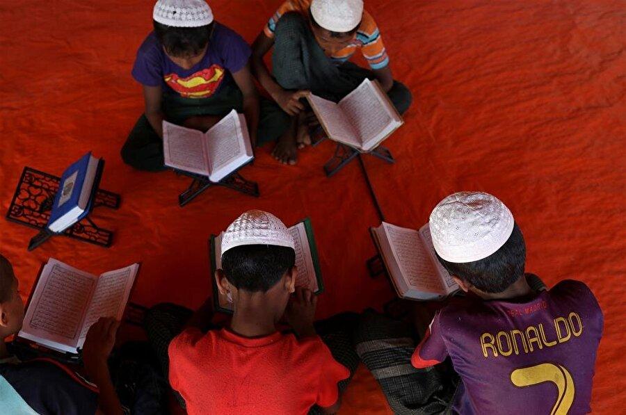 Arakanlı çocuklar, mülteci kamplarında kurulan medreselerde eğitimlerine devam ediyorlar. (Susana Vera / Reuters)