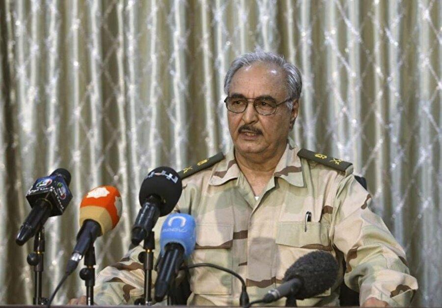 Halife Hafter, ülkenin kurtarıcısı olarak Libyalılara sesleniyor. (Esam Omran Al-Fetori / Reuters)