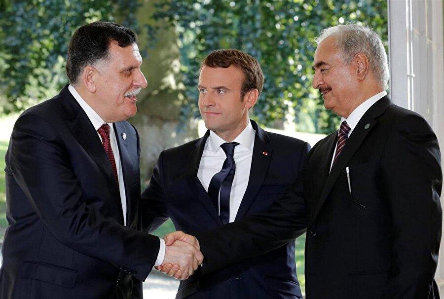 Fransa Cumhurbaşkanı Macron (Ortada), Halife Hafter (Sağda) ve Libya Başbakanı Feyiz es-Serrac. (Philippe Wojazer / Reuters)
