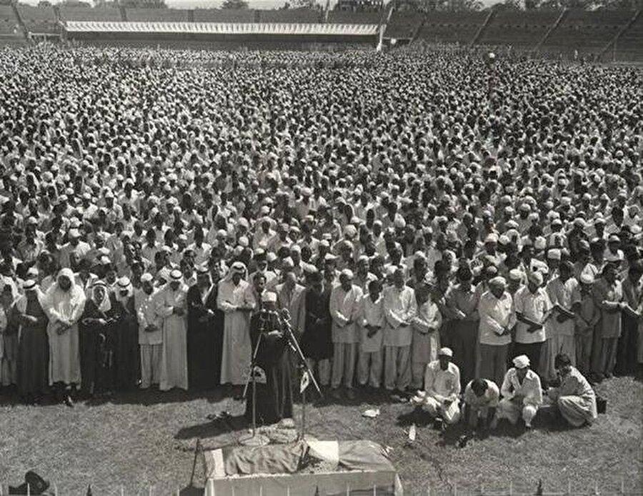 Mevdudi, cenaze namazını Yusuf el-Karadavi'nin kıldırdığı ve milyonu aşkın Müslüman'ın katıldığı bir törenle defnedildi.