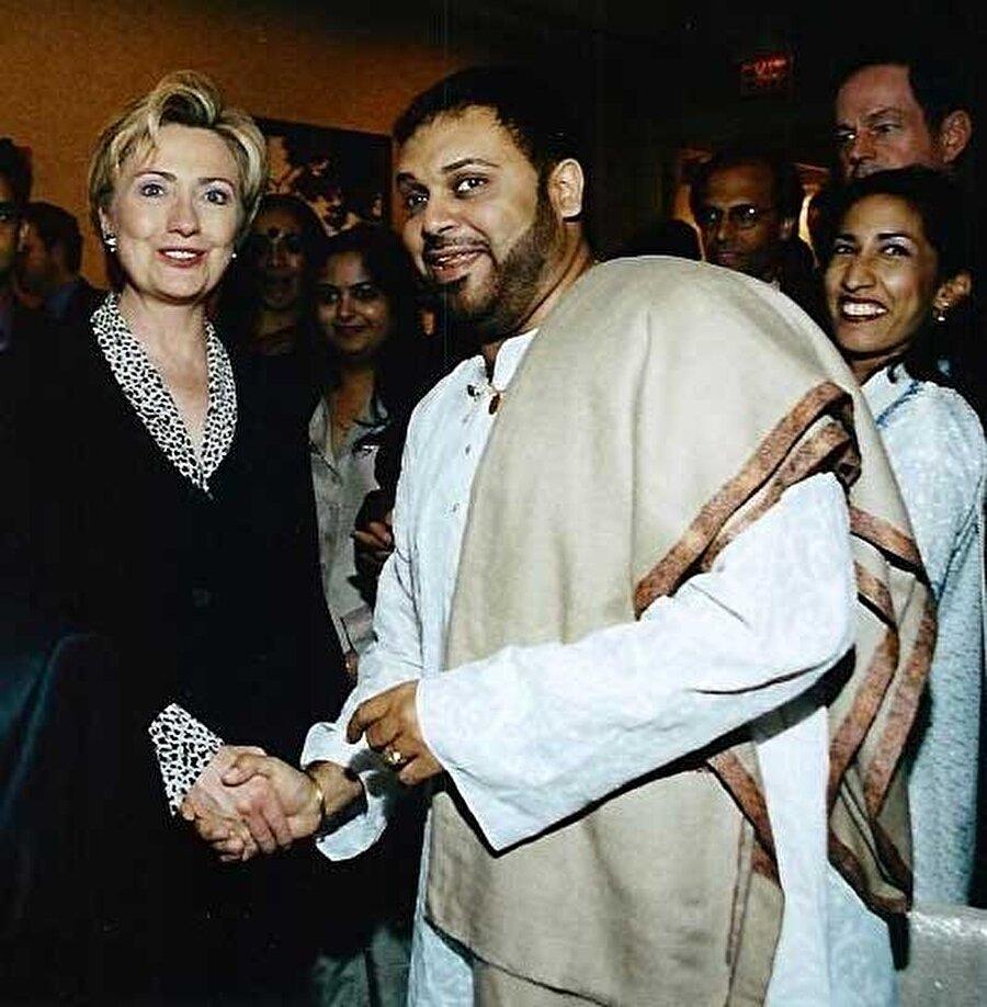 Hillary Clinton'ın tokalaştığı kişi, Hintli bir sanatçı olan Shubhashish Mukherjee'den başkası değil.