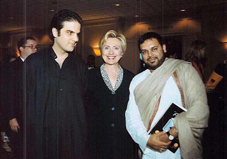 Hillary Clinton ve Shubhashish Mukherjee, bir başka karede de yan yana görünüyorlar.