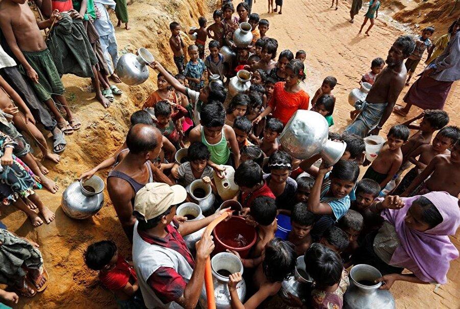 Arakanlı Müslümanlar, Bangladeş sınırındaki mülteci kamplarında yaşam mücadelesi vermeye devam ediyor. (Adnan Abidi / AA)