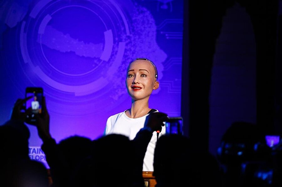 Suudi Arabistan'ın insansın robot Sophia'ya vatandaşlık vermesi, dünyanın gündemini uzun süre meşgul etti.
