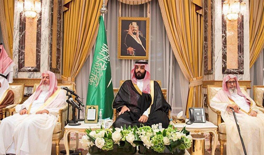 MBS, ülkenin kurucusu Kral Abdülaziz'in tablosu altında. (Reuters)