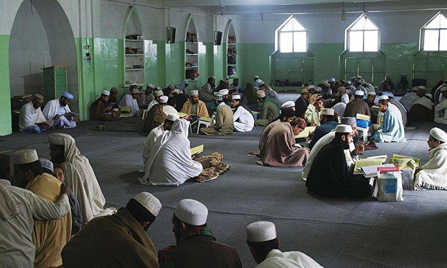 Birelvilerin çok sayıda medrese ve eğitim kurumu bulunuyor.