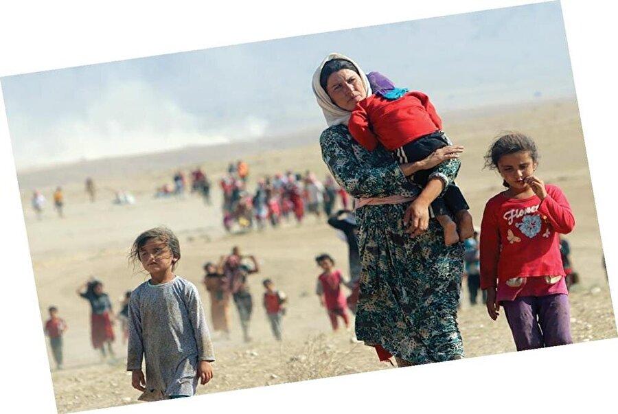 Maalesef bu zulümler bu saydığım belde insanlarını; aç, susuz, evsiz, barksız, kolsuz, bacaksız, annesiz, babasız, vatansız ve topraksız bırakmaktadır.