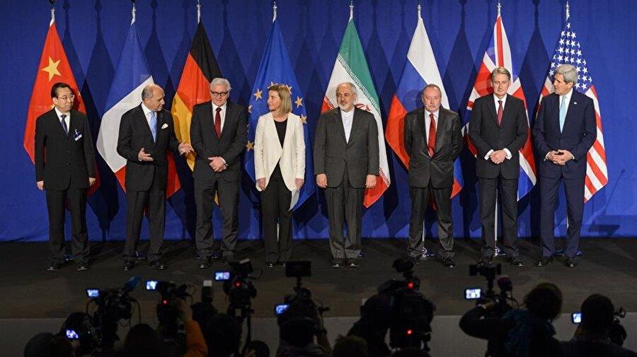Nükleer anlaşma, 14 Temmuz 2015'de Viyana'da tamamlandı. Heyettekiler (Soldan): Hailong Wu (Çin), Laurent Fabius (Fransa), Frank-Walter Steinmeier (Almanya), Federica Mogherin (AB), Javad Zarif (İran), an unidentified official of Russia, Philip Hammond (İngiltere) ve John Kerry (ABD)
