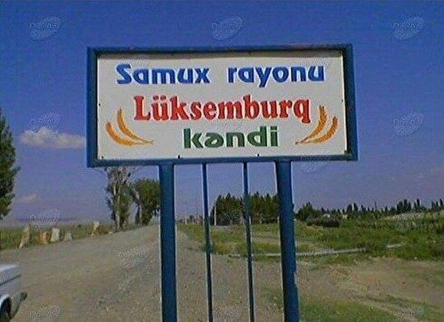 Azerbaycan'ın kuzey batısında Samuh (Samux) şehrindeki Lüksemburq köyüne giriş levhası.