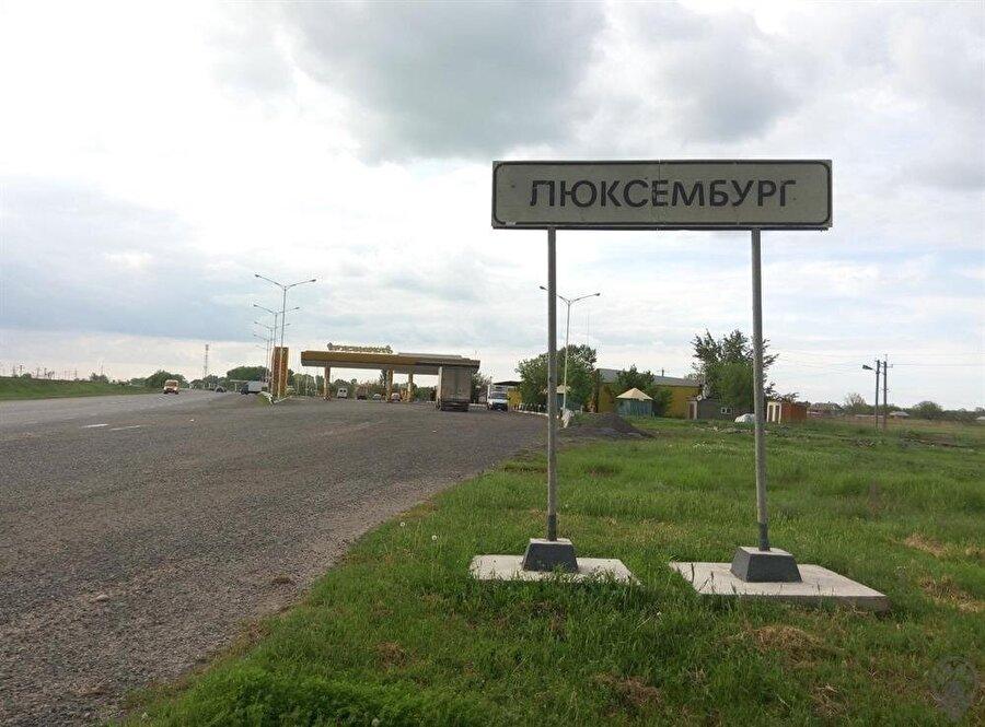 Rusya Federasyonu'na bağlı Dağıstan özerk bölgesindeki Lüksemburg köyünün girişi.