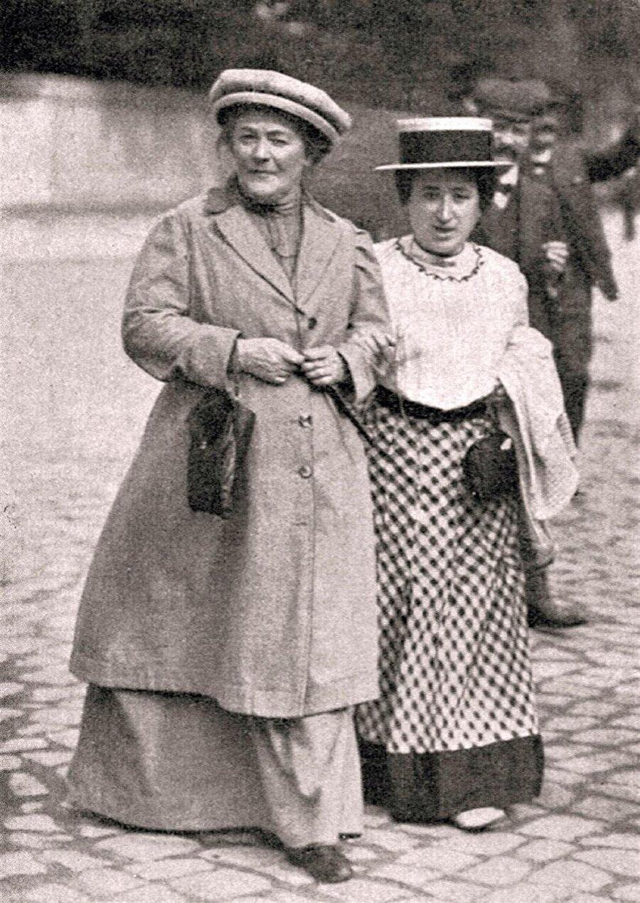 Clara Zetkin (solda) ve Rosa Lüksemburg (sağda).