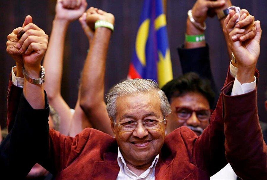 Mahathir Muhammed'in 9 Mayıs 2018'de yapılan genel seçimlerden sonraki zafer pozu. (Lai Seng Sin / Reuters)