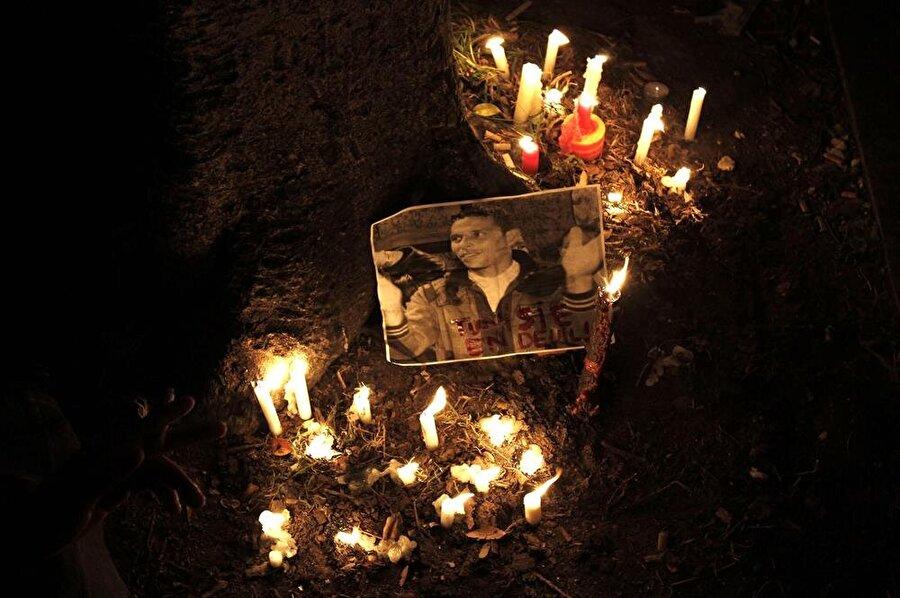 Tunuslular, Muhammed Buazizi'nin anısına sahip çıktılar. (Finbarr O'Reilly / Reuters)