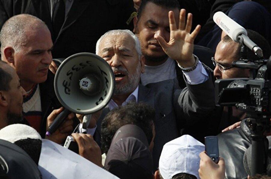 Gannuşi, 22 yıllık sürgün hayatının ardından ülkesine döndüğünde binlerce Tunuslu tarafından karşılandı. (Reuters)
