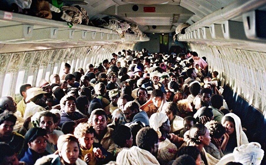 """""""Falaşa"""" olarak bilinen Etiyopyalı Yahudiler, İsrail Hava Kuvvetleri'ne ait bir uçakla Addis Ababa'dan Tel Aviv'e getirilirken."""