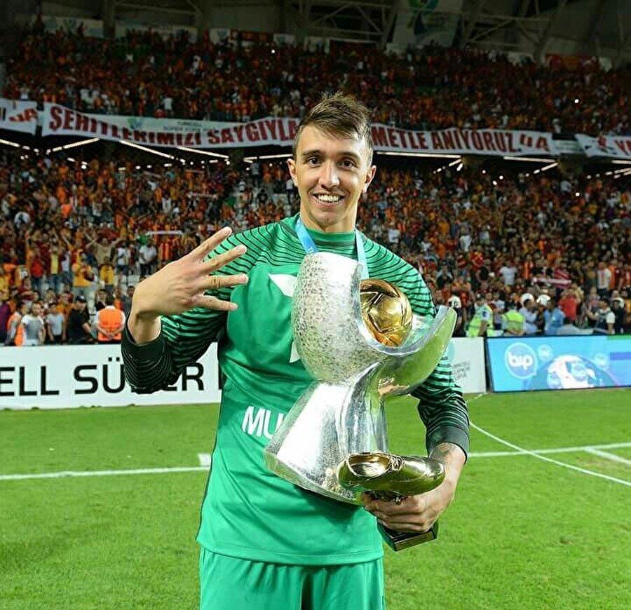 Kariyerinde 13 kez kupa sevinci yaşayan başarılı kaleci, bu kupaların 10'unu Galatasaray forması altında kaldırdı.