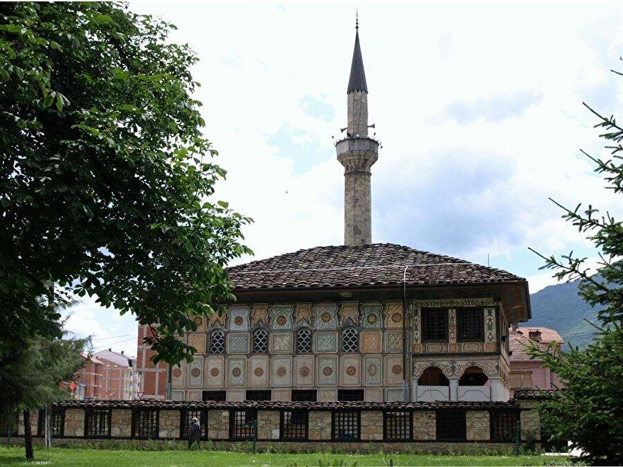 Alaca Camii, rengârenk mimarisiyle gözleri okşuyor.
