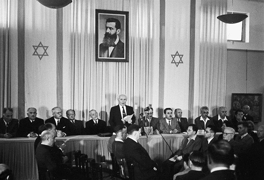 David Ben Gurion, İsrail'in kuruluşunu dünyaya duyururken..