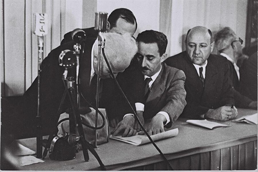 Devletin kuruluşunun ilânından sonra, resmi belgeler imzalanırken...