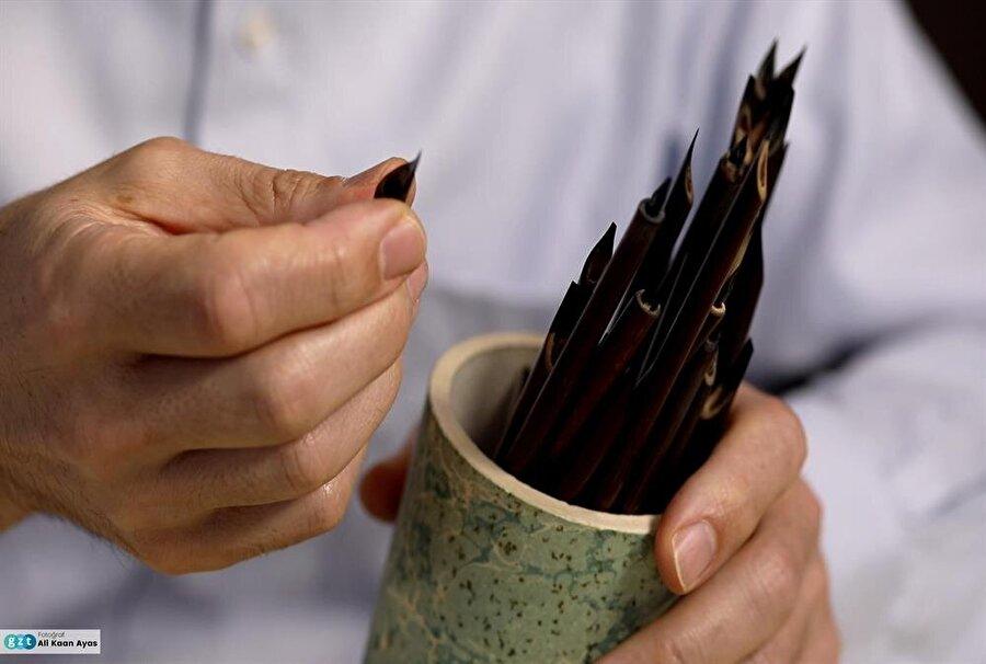 Bilhassa celî yazılarında kullandığı renkli ve şeffaf mürekkeplerle bütün kalem hareketlerini göstererek eserlerine yeni bir boyut kazandırmıştır. Karalama geleneğinde ilk defa uyguladığı celî sülüs ve celî nesih renkli karalamalarla da bu alanda kendi tarzını oluşturdu.