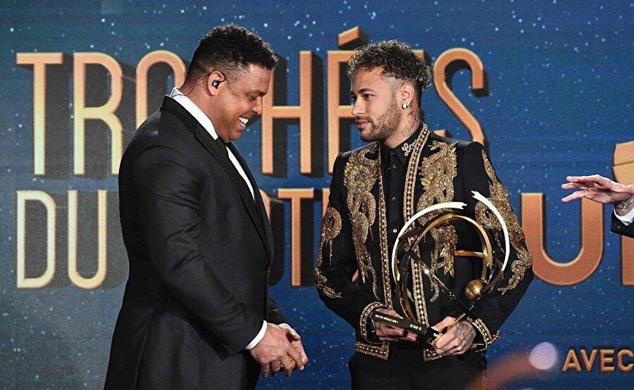 Neymar ödülünü Brezilyalı efsane Ronaldo'nun elinden aldı.