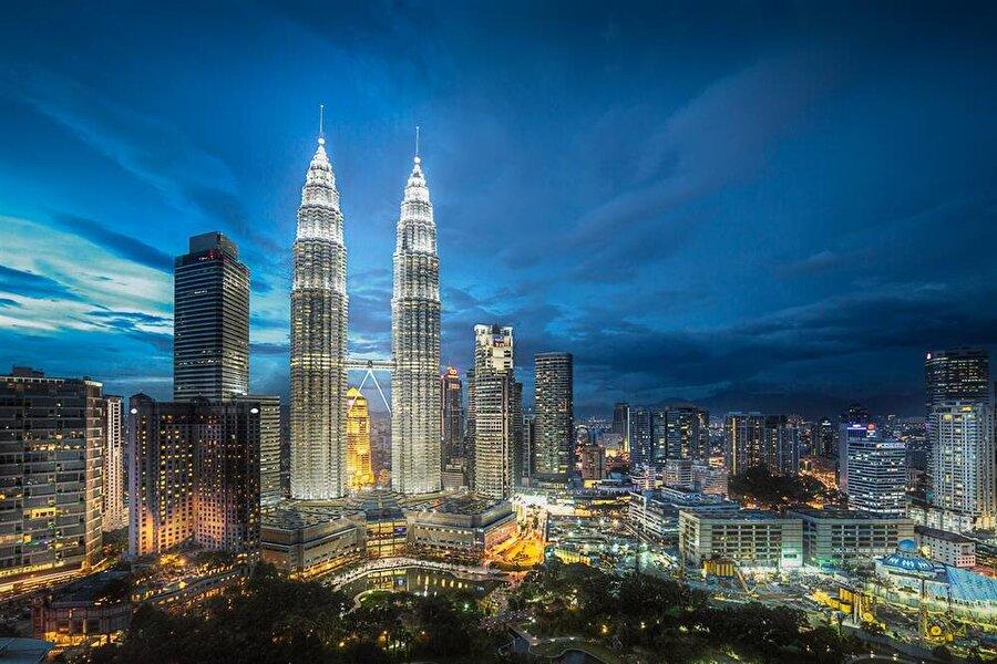 Petronas İki Kuleleri, bugün Kuala Lumpur'un simgesi durumunda.