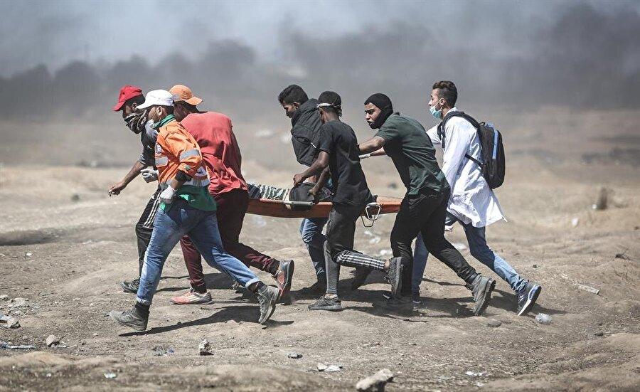 İsrail askerlerinin saldırısı sonucu yaralanan Filistinliler, oldukça güç şartlarda tedavi görüyorlar. (Ali Jadallah / AA)