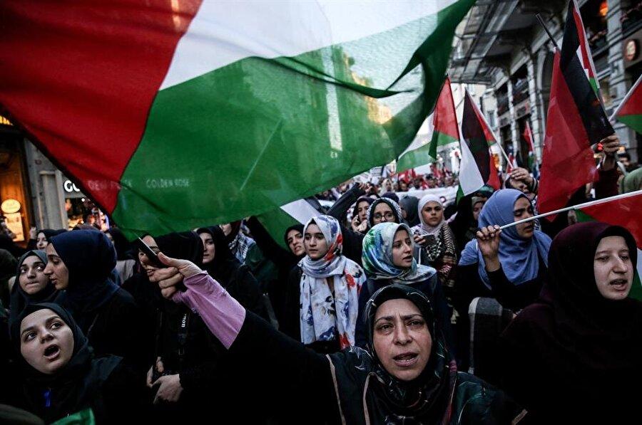 Akşam saatlerinde İstiklal Caddesi'nde bir araya gelen binlerce vatandaş, Gazze'deki katliamı protesto etti. (Elif Öztürk / AA)