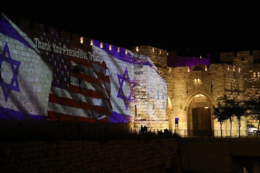 ABD'nin Tel Aviv'deki Büyükelçiliğini Kudüs'e taşımasının ardından eski şehrin dış surlarına İsrail ve ABD'nin bayrakları ile Başkan Trump'a teşekkür mesajları yansıtıldı.