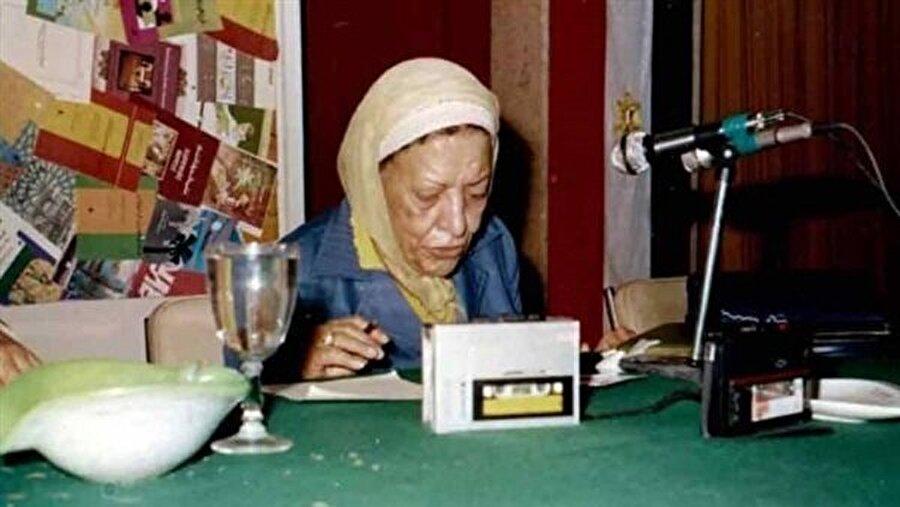 """Âişe Abdurrahman, hatıralarını """"Köprünün Üzerinde"""" adıyla kitaplaştırmıştı."""