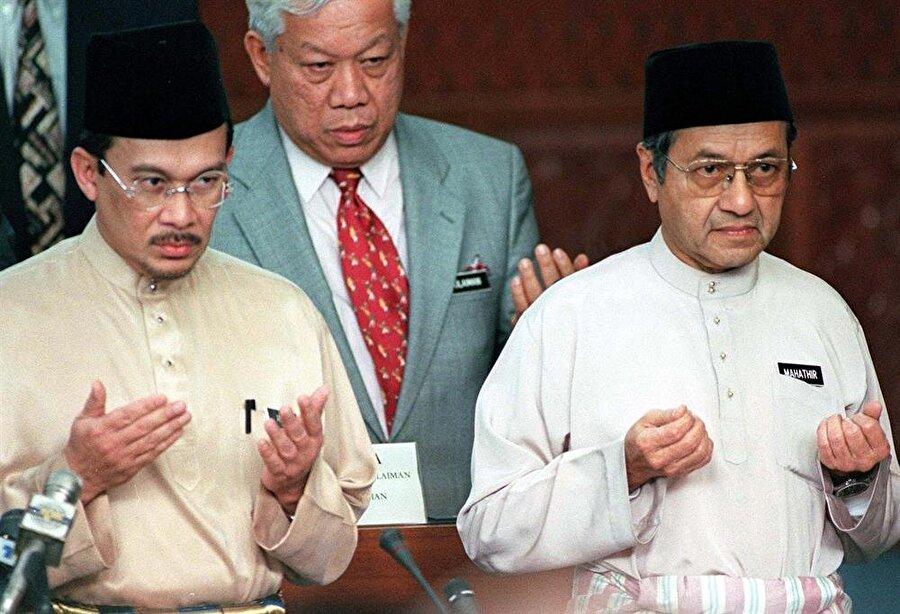 Enver İbrahim (Solda), uzun yıllar Mahathir Muhammed'in (Sağda) yardımcılığını yapmıştı. (David Loh / Reuters)