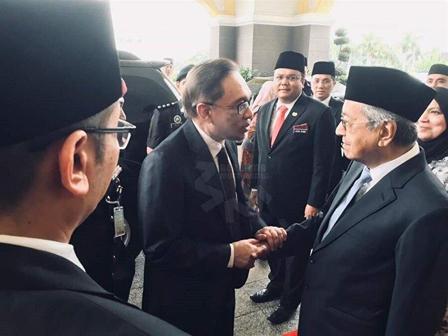 Enver İbrahim ve Mahathir Muhammed'in karşılaşma anı bir haber ajansı tarafından böyle görüntülendi.