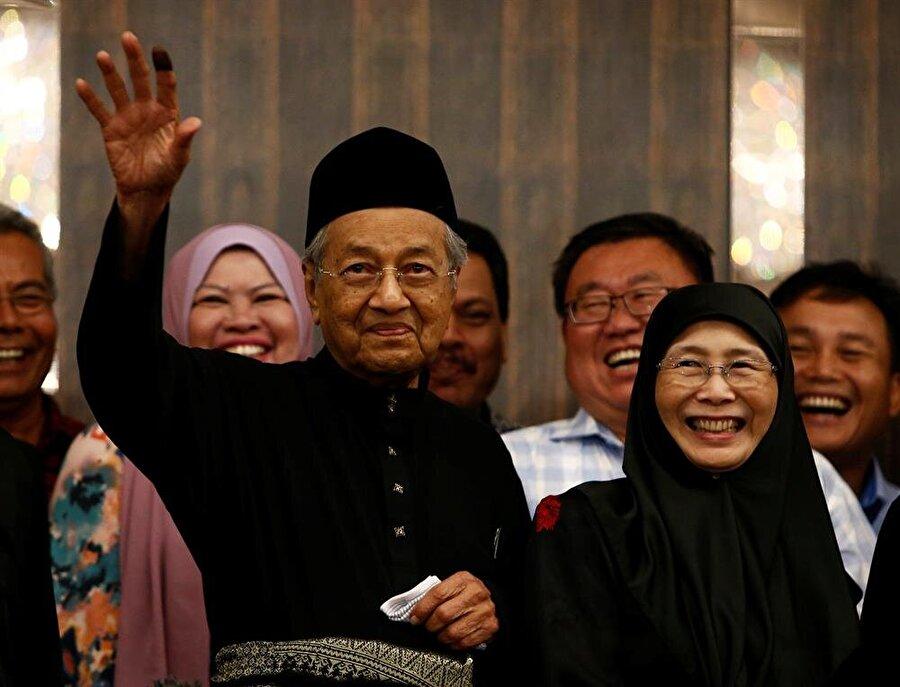 Mahathir Muhammed ve Enver İbrahim'in eşi Wan Azize Wan İsmail (Lai Seng Sin / Reuters)