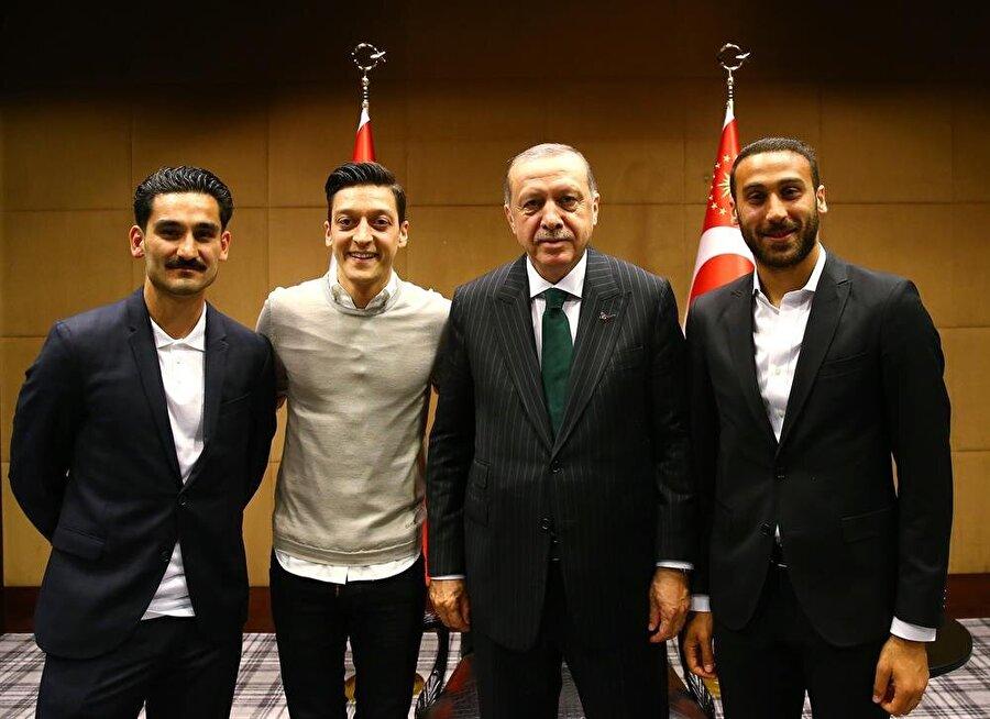 Cumhurbaşkanı Recep Tayyip Erdoğan, İngiltere Premier Ligi'nde oynayan Türk futbolcular Cenk Tosun, Mesut Özil ve İlkay Gündoğan'ı kabul etti.