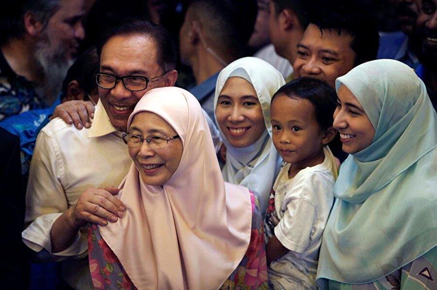 Yaklaşık dört yıllık mahkumiyetin ardından serbest kalan Enver İbrahim, ailesiyle birlikte kameraların karşısına geçti. (Lai Seng Sin / Reuters)