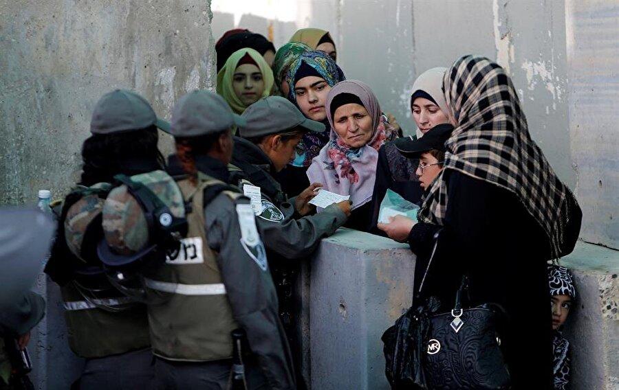 İsrail kontrol noktasından geçerek, Kudüs'e gitmeye çalışan Filistinli kadınlar. (Mussa Issa Qawasma / Reuters)