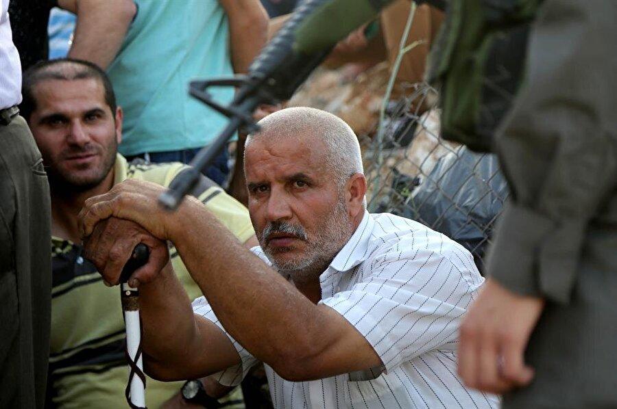 Batı Şeria'dan Kudüs'e gelmek isteyen Filistinliler, İsrail kontrol noktalarında saatlerce beklemek zorunda kalıyorlar. (Issam Rimawi / AA)