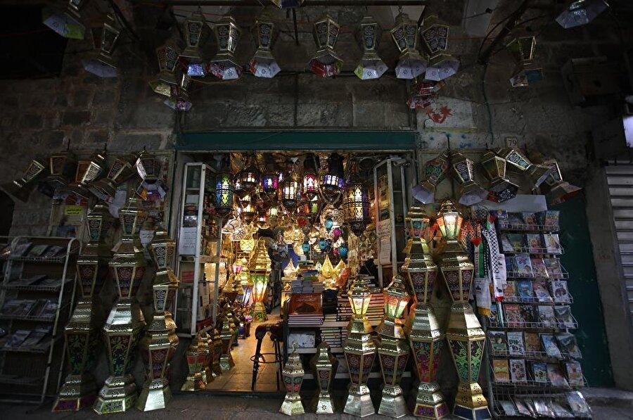 Ramazanın gelişiyle birlikte hediyelik eşya dükkanları da kandil ve fenerlerle dolup taşıyor. (Mostafa Alkharouf / AA)